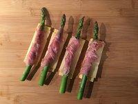 Groene asperges met ham San Daniele en polenta