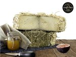 Italiaanse kaas belegen omwikkeld met stro gerijpt in grot - La Grotta