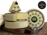 Italiaanse oude kaas Montasio Stravecchio 18 maanden gerijpt