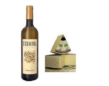 Italiaanse droge witte wijn met jong belegen Montasio kaas